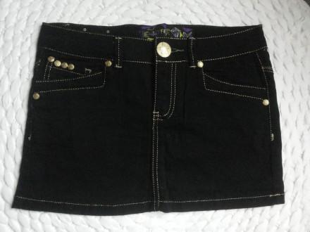 Crna mini suknja sa zlatnim štepovima