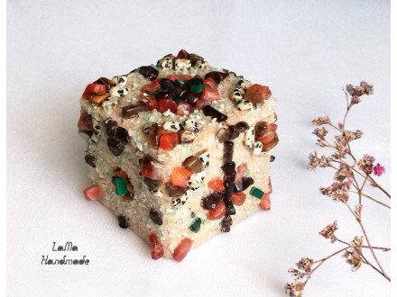 Kutijica za nakit ukrašena poludragim kamenjem