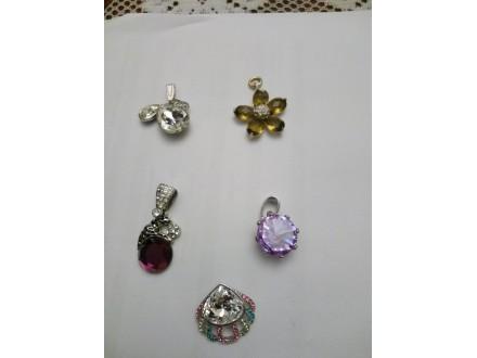 Privesci sa Swarovski kristalima