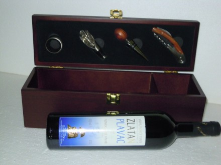 Vrhunsko  Hvarsko  vino   2007, u  vinskom  setu