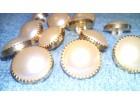 Beli dugmici sa zlatnim obodom