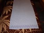 Belo plava vežena zavesa