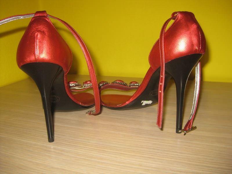 Bluzi crvene sandale