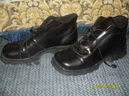 Crne postavljene cipele