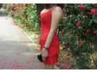 Crvena dekoltirana haljina na tufne