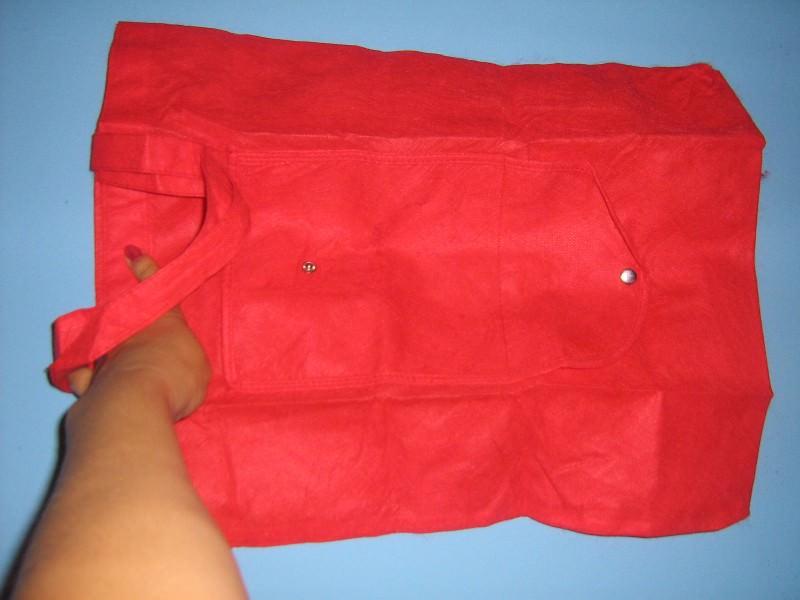 Crvena torba za pijacu koja se sklapa kao novčanik