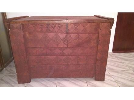 Drvena starinska skrinja