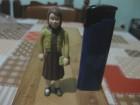 Figura - Devojka sa tašnicom