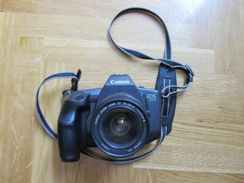 Foto aparat na film Canon EOS 600 sa objektivom sa slik