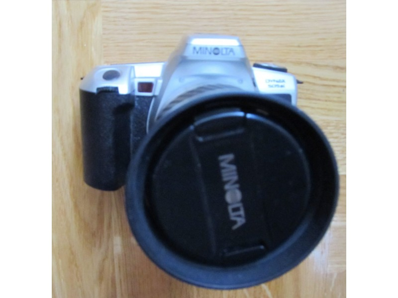 Foto aparat na film Minolta 505si sa objektivom