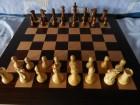 Indijske šahovske figure i drvena tabla od palisandera