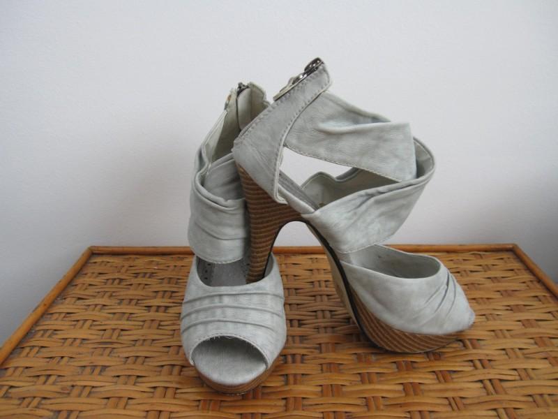 Kao NOVE sive sandale