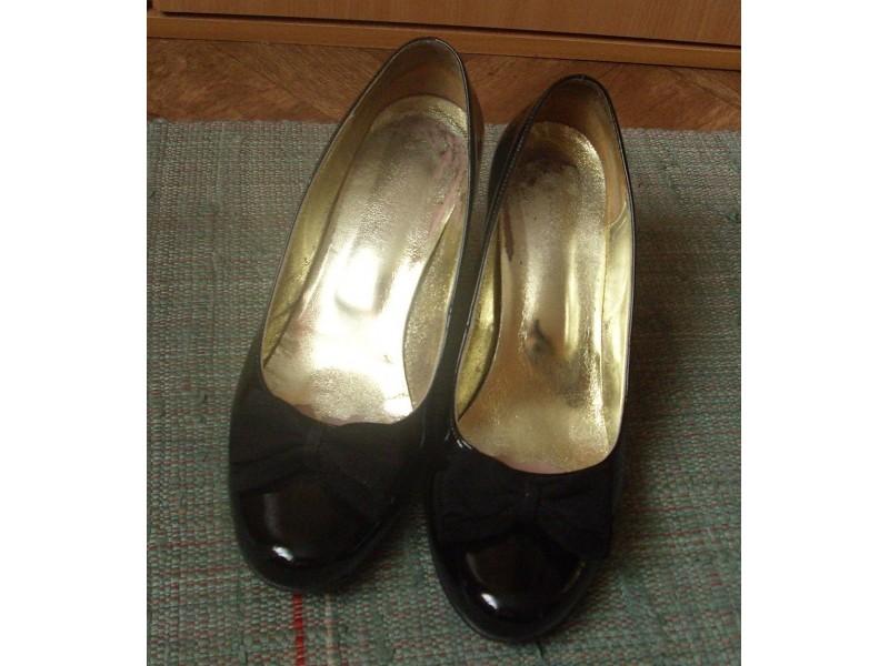 Kozne lakovane crne cipele