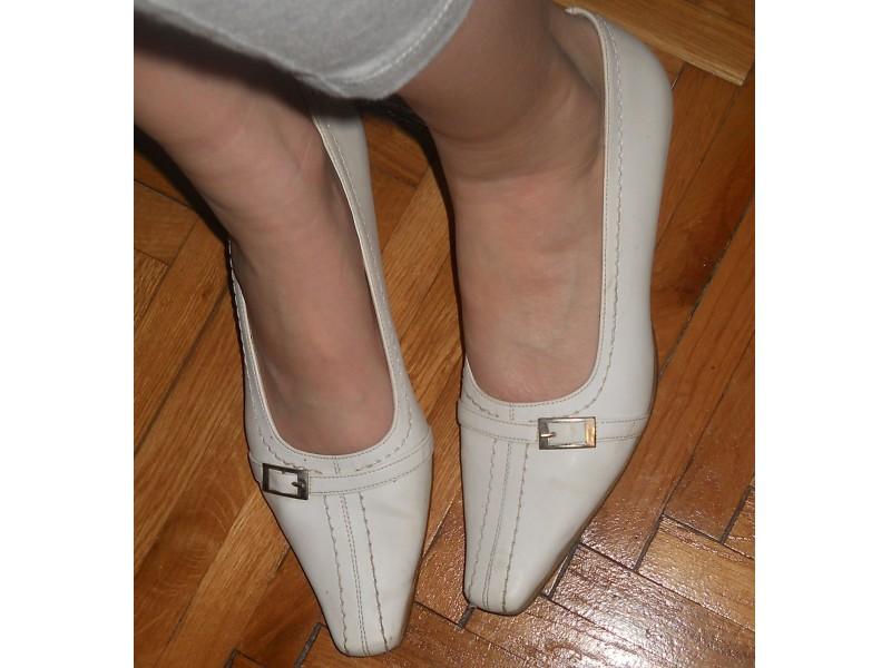 Lepe bele cipele POVOLJNO