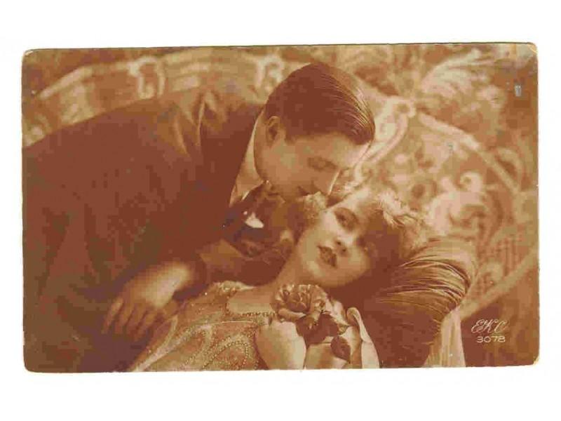 Ljubavni par,motivska color razglednica,1928,putov.