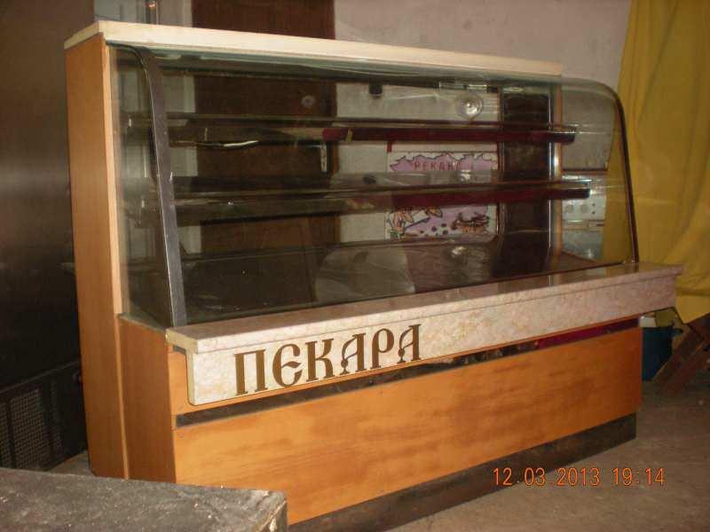 Neutralna vitrina friziderom