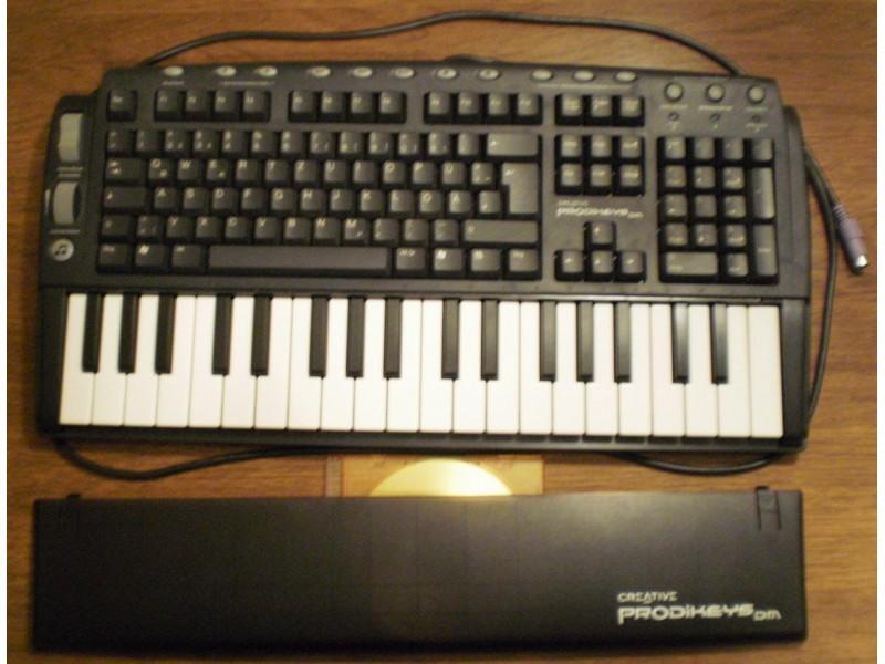 PC klavijatura na tastaturi