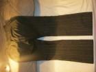 Potpuno nove crne pantalone sa diskretnim belim prugama