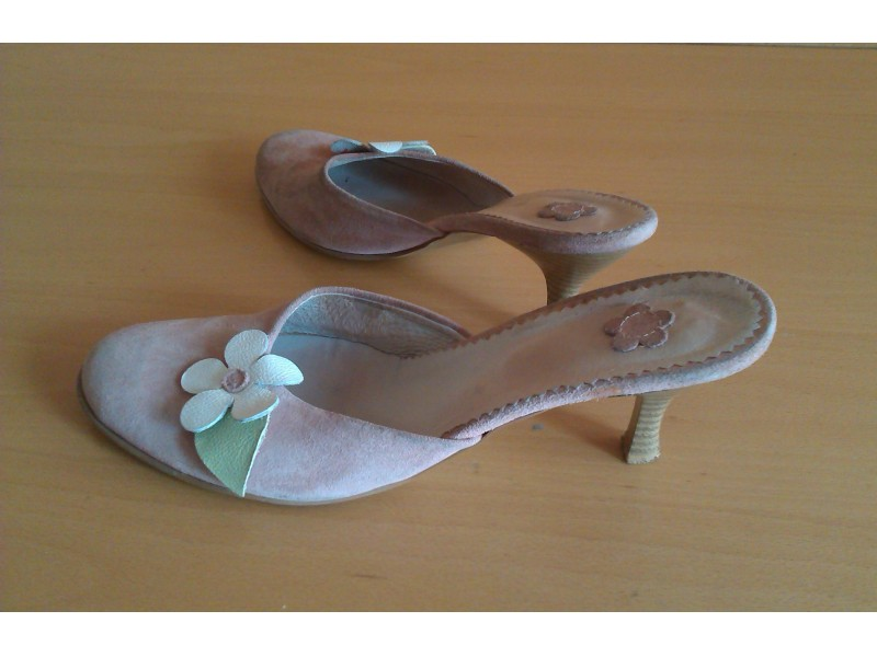 Roze papuče od prevrnute kože br.40