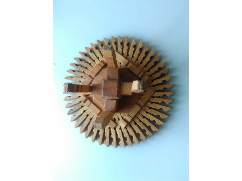 Stari sto napravlen od drvenih stipaljki rucni rad