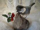 Unikatna figura ptice od metala na kamenu