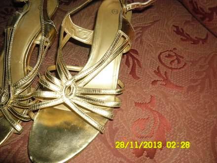Zlatne sandale- stiklica