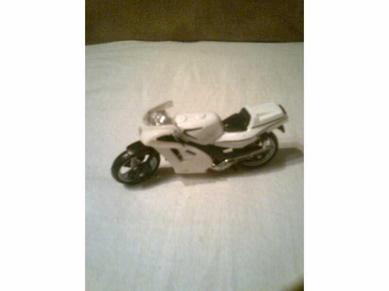 autić  - sportski motor bele boje