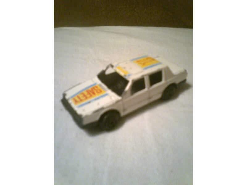 auto sa natpisom Safety