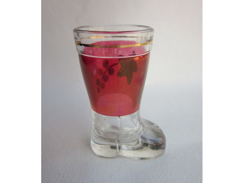 čaša od stakla u obliku čizme..