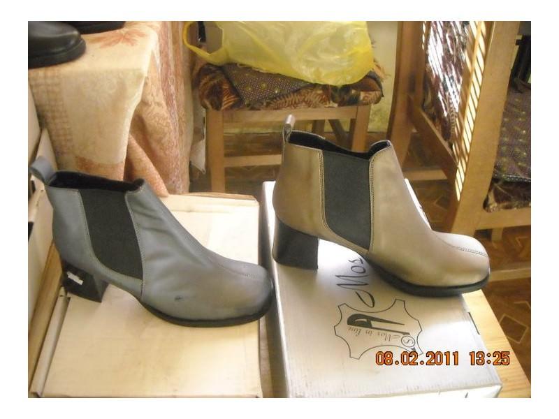 cipele u sivoj i zlatnoj boji