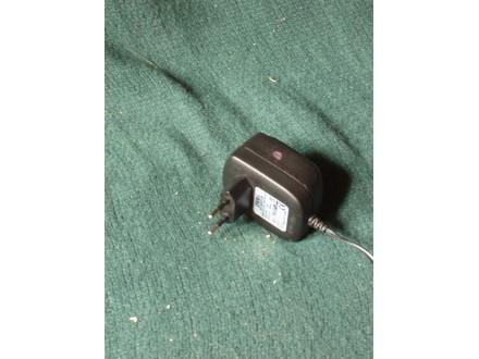 ispravljač ac adaptor 12 V 0.8 A marka DVE