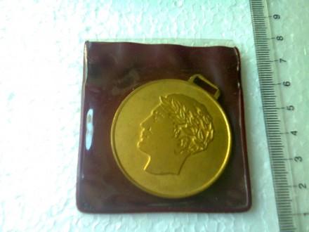 medalja sa likom rimskog imperatora u pakovanju