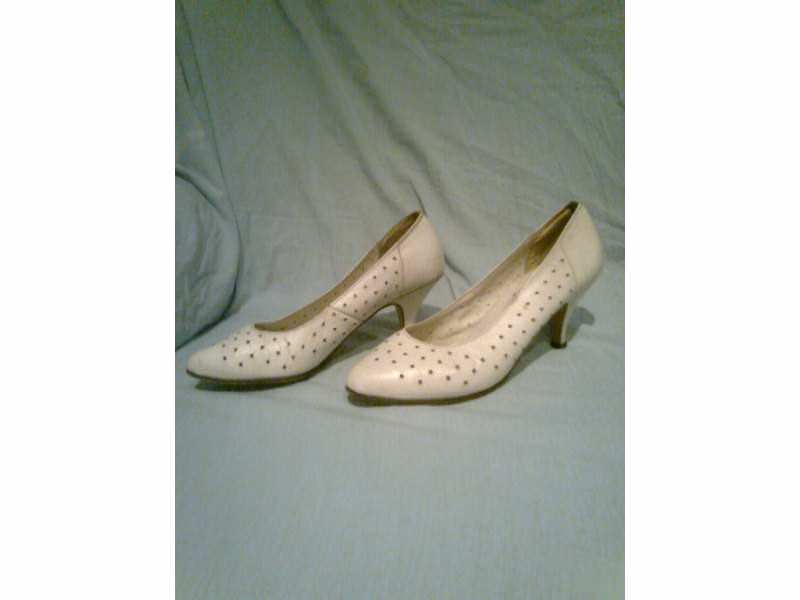 ženska elegantna bela cipela